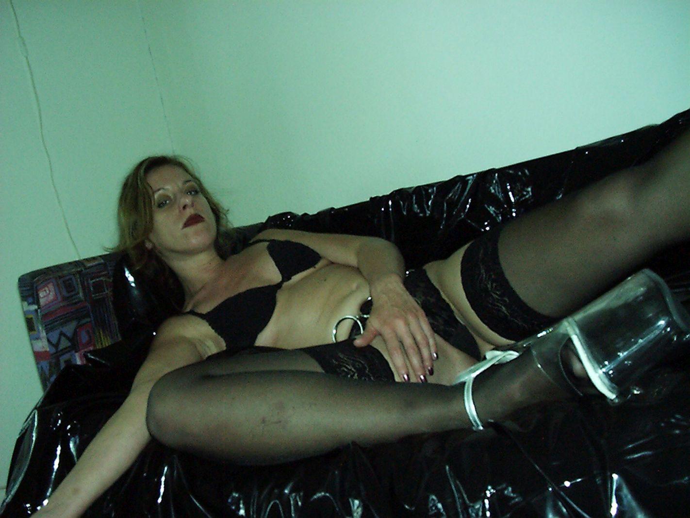 Frau fasst sich an den Unterleib